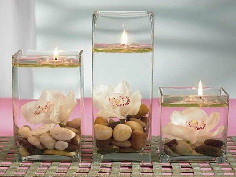 drei tischdekorationen in verschiedenen größen mit orchideen