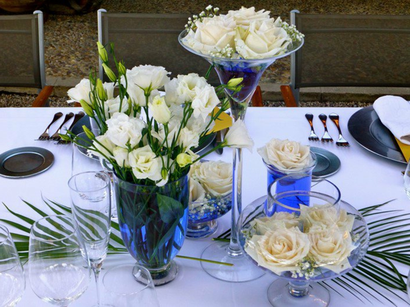 tischdekorationen mit rosen in glasvasen