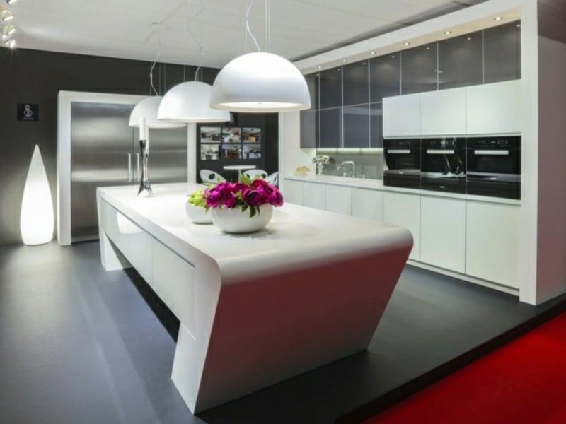 weiße trapezförmige kücheninsel