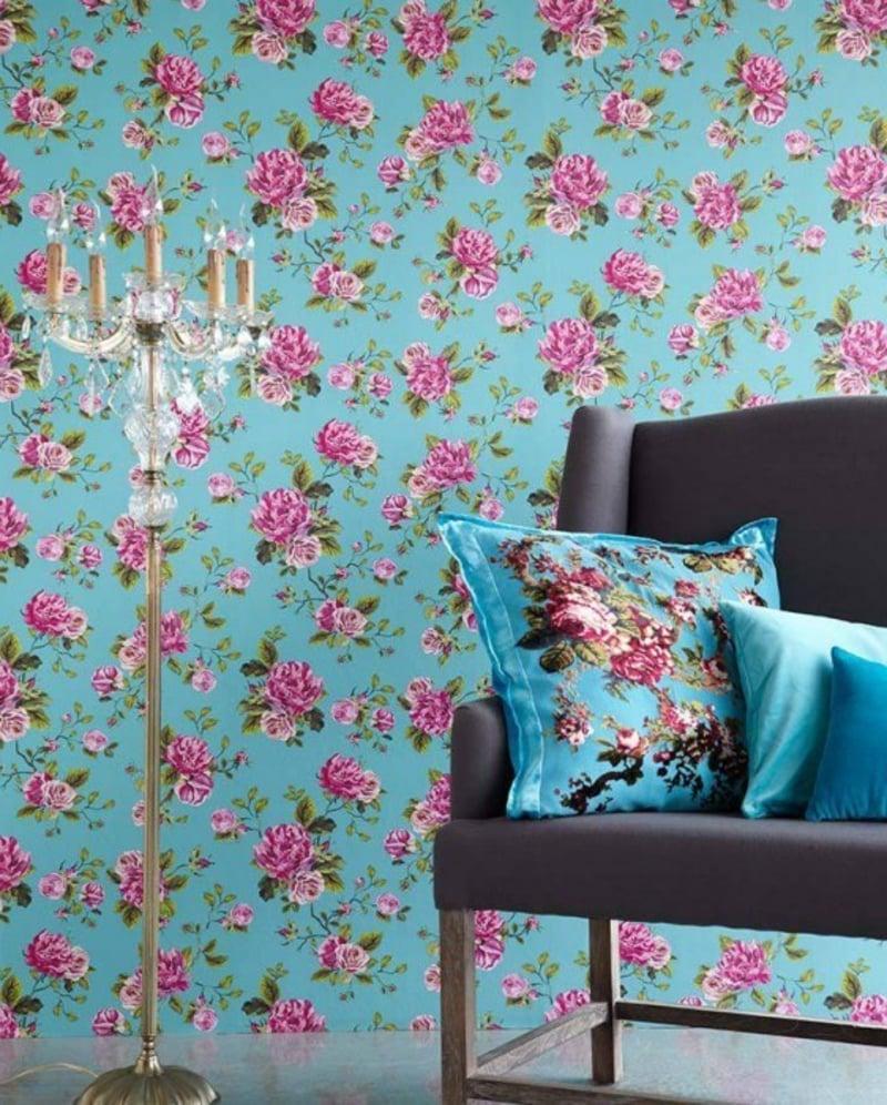 blaue Tapete mit floralen Motiven
