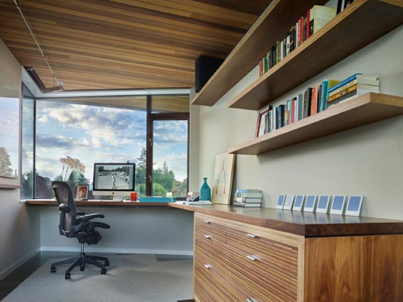 kleines büro am eckfenster