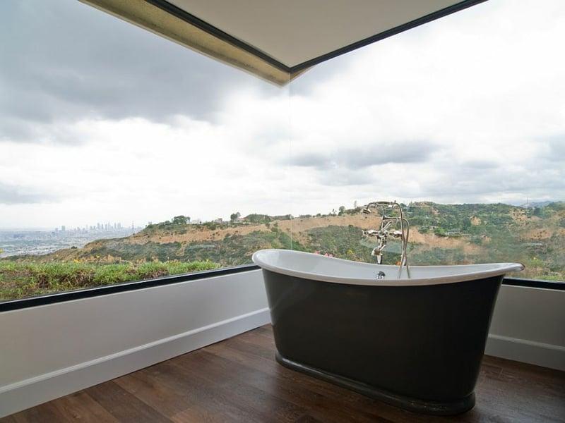 badewanne vor dem eckfenster