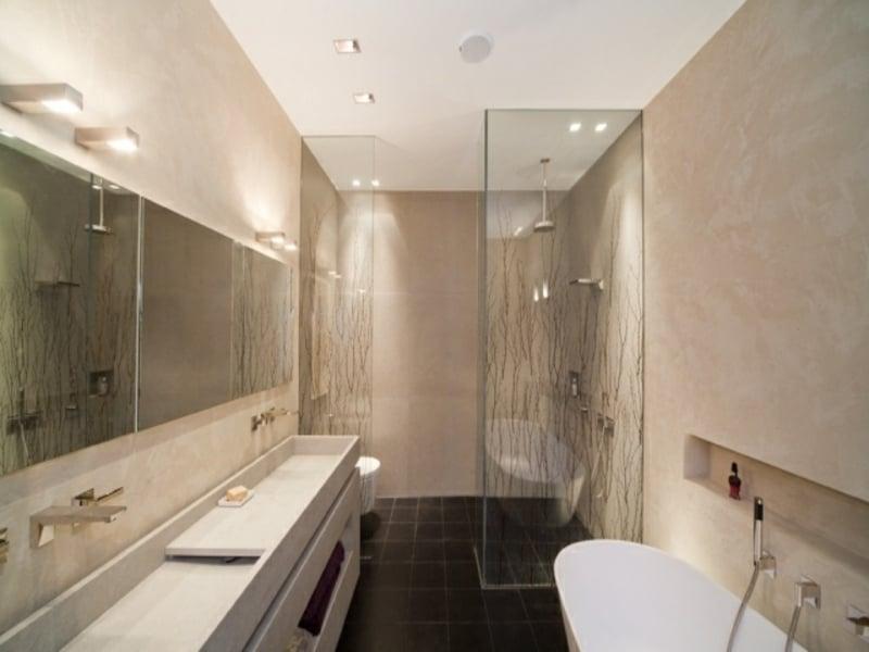 glasdusche und beige wände in der badezimmergestaltung