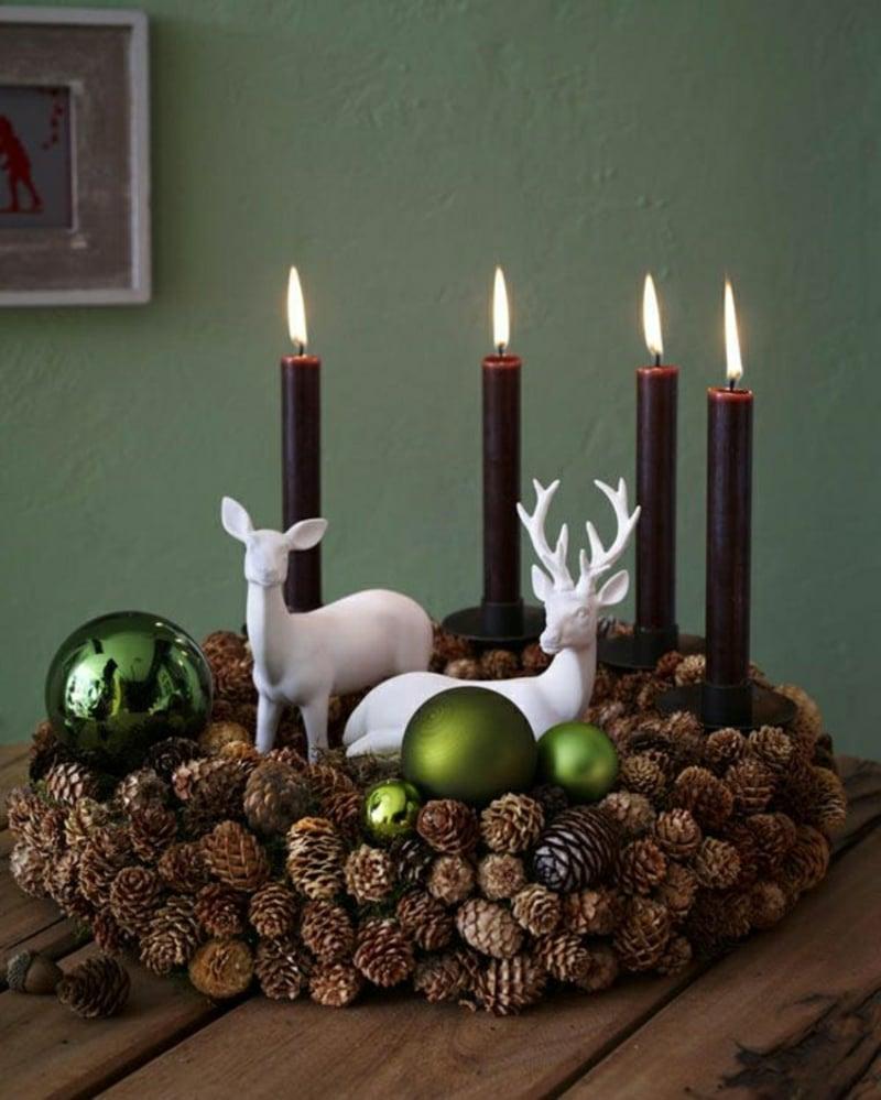 Basteln mit Tannenzapfen Weihnachtskranz und Kerzen