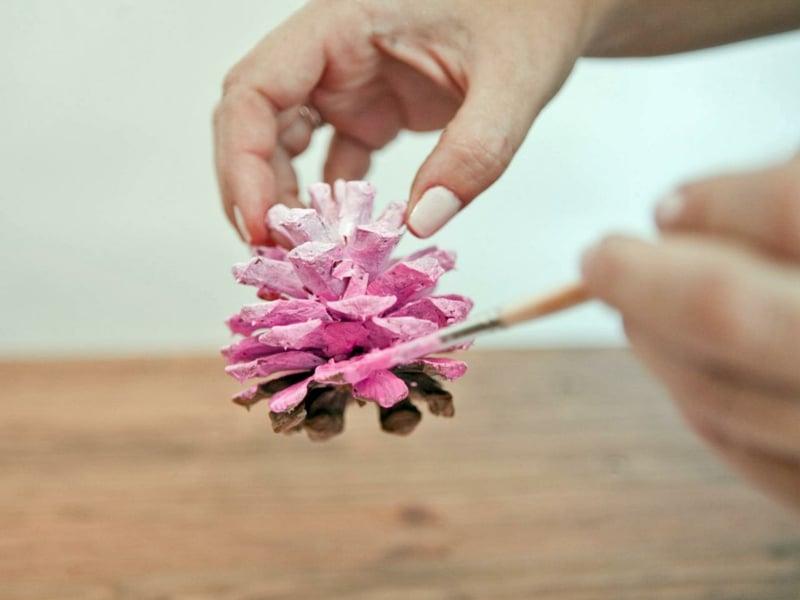 Basteln mit Tannenzapfen in rosa