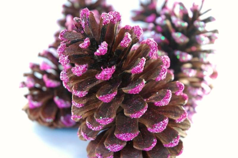 Basteln mit Tannenzapfen lila