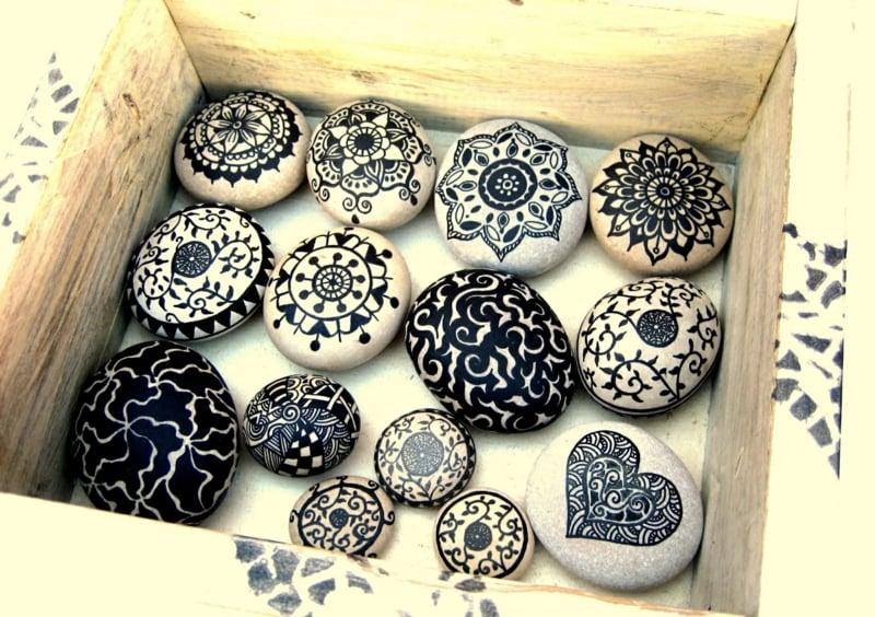 bemalte steine schwarz weiss