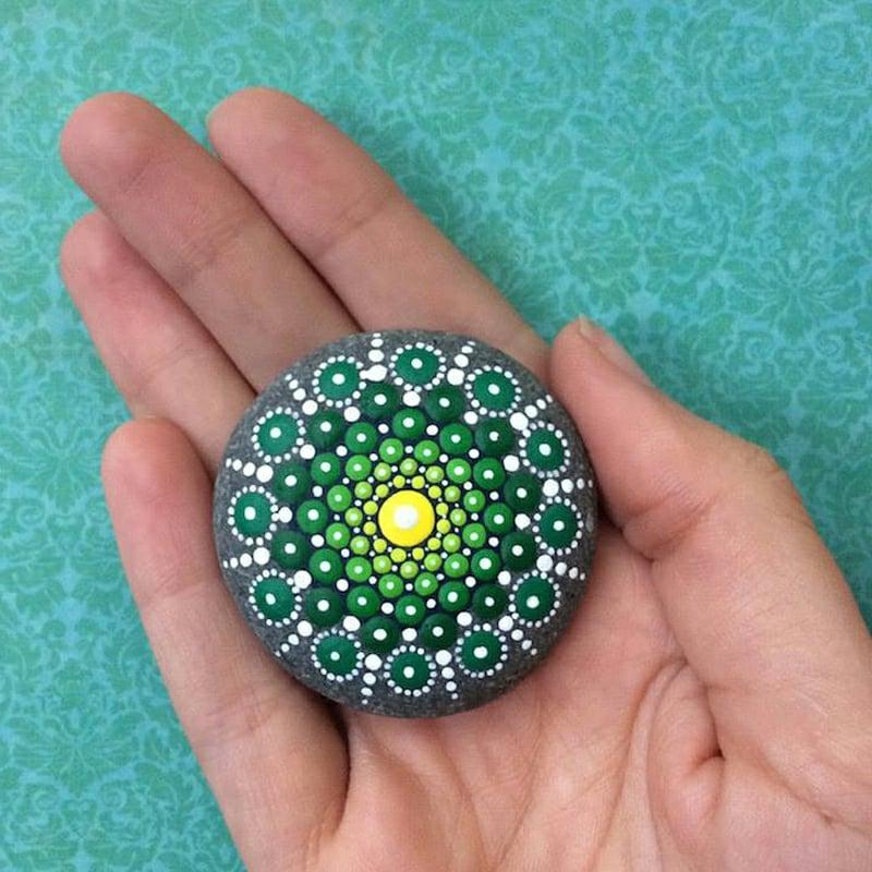 bemalte steine mandala in grün