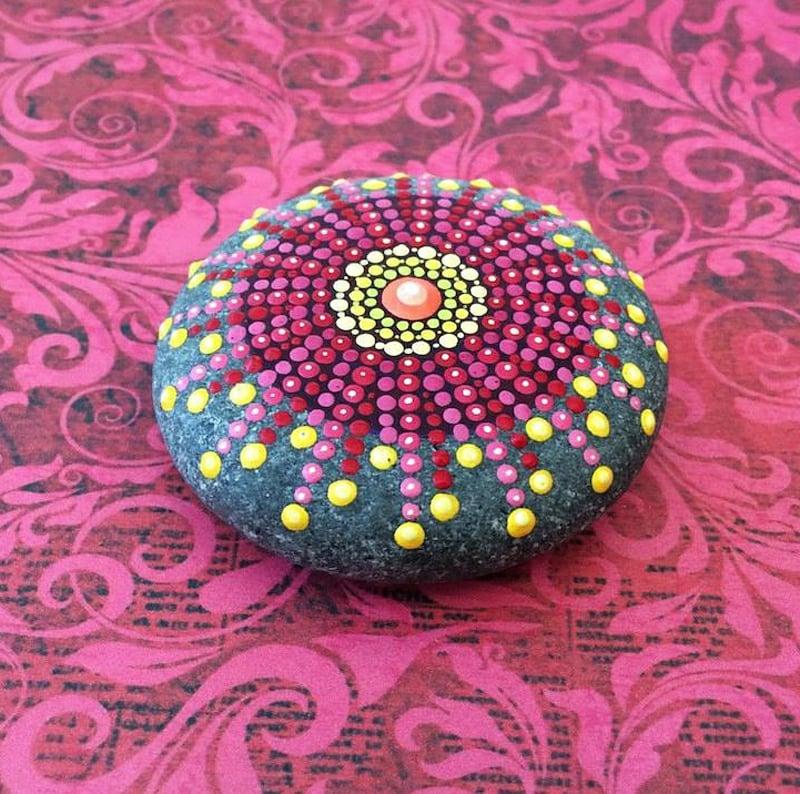 bemalte steine rosa lila mandala