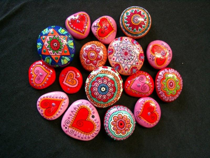 bemalte steine in rosa und rot