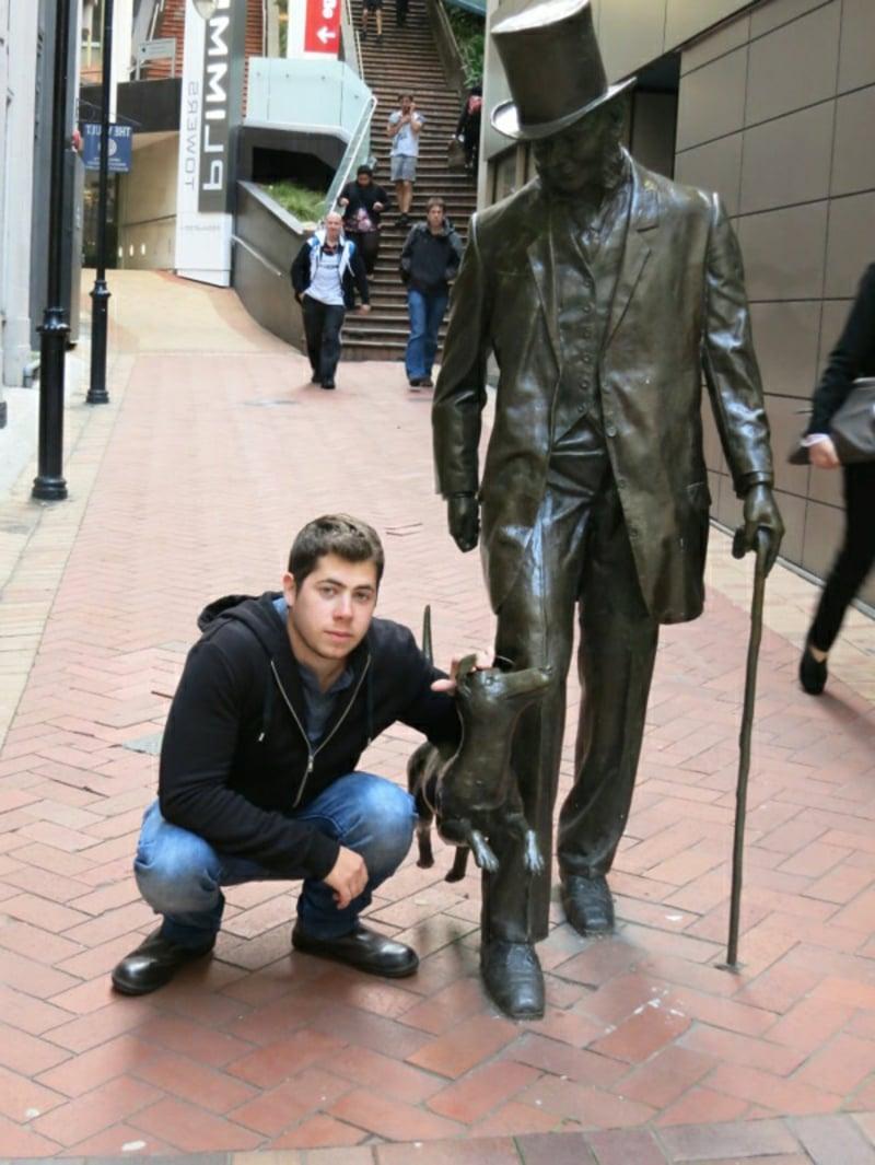 "berühmte-kunstwerke-""The man § the dog"" Skulptur von John Plimmer"