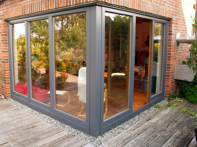 wohnzimmer mit eckfenstergestaltung