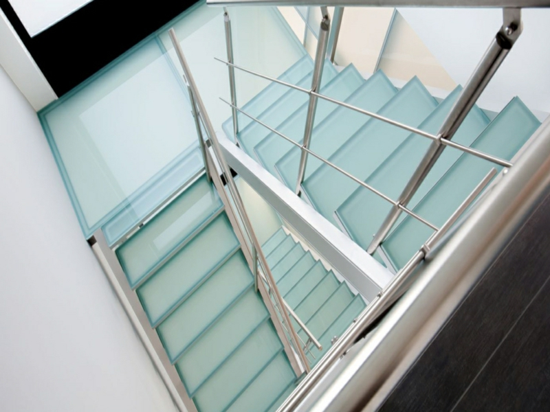 kleine eckige glastreppe ohne dekoration