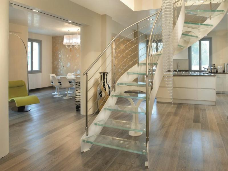 schöne elegante modernistische glastreppe