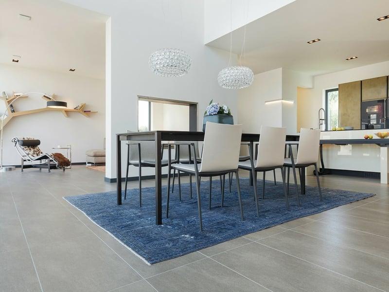 grobe weiße esszimmerlampen über blauem teppich
