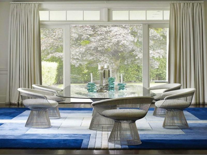 blau-weißer traumteppich im esszimmer
