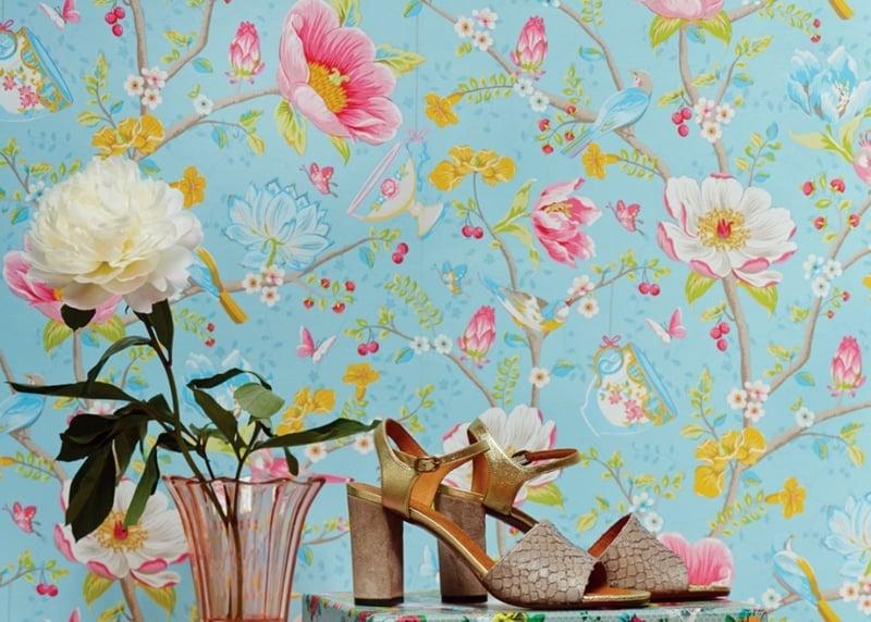 blaue Tapete mit roza Blumen