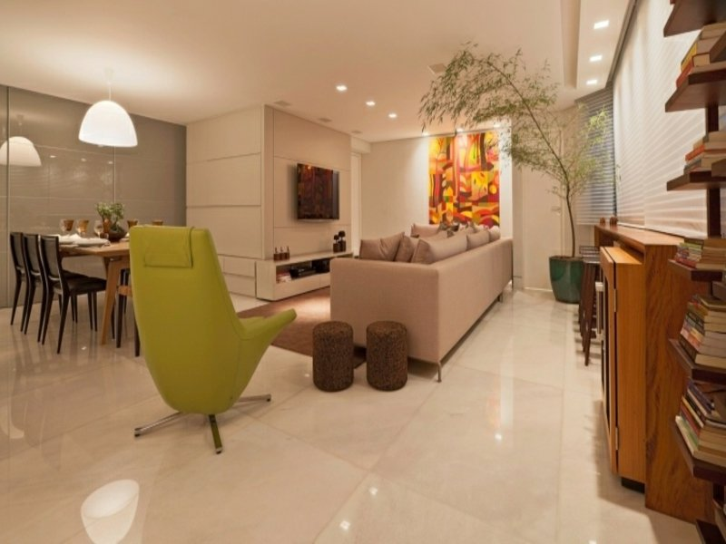 große grüne palme im feng shui wohnzimmer
