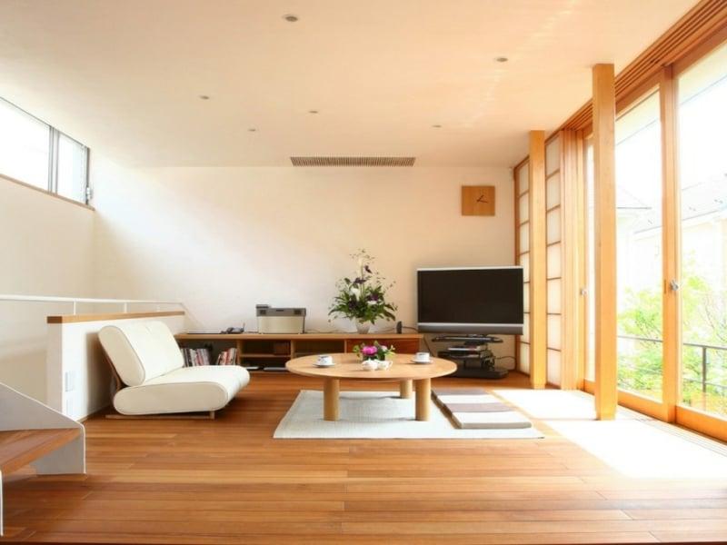 minimalistischer tisch im zentrum des feng shui wohnzimmers