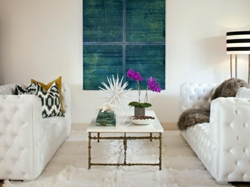Zwei Weisse Sofas Im Feng Shui Wohnzimmer