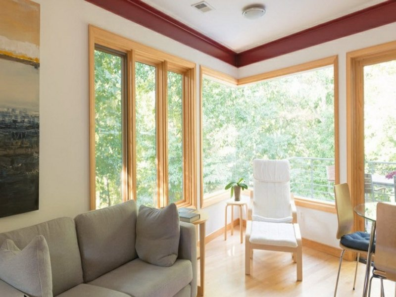 modernes eckfenster im wohnzimmer
