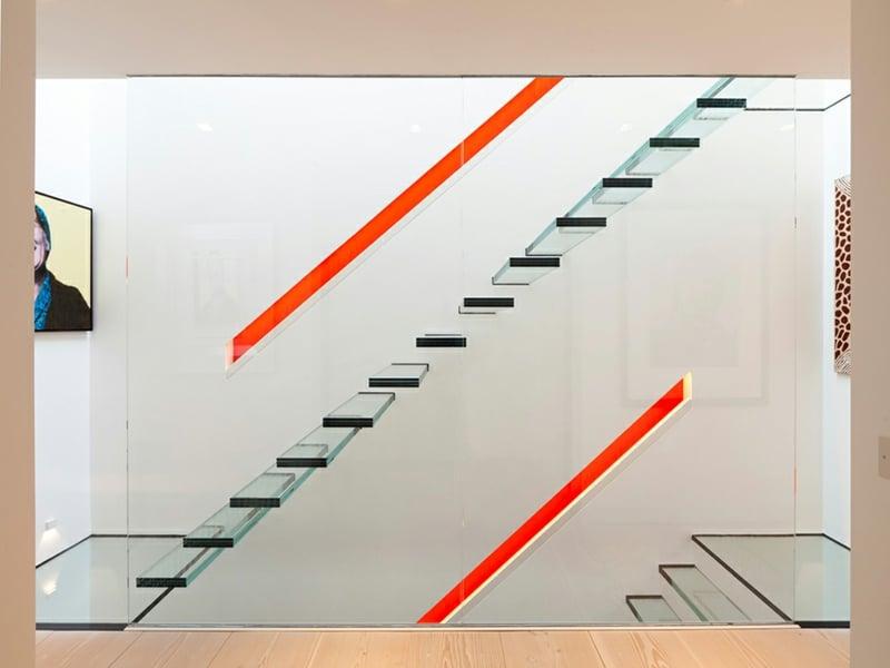 roter farbakzent und glastreppe