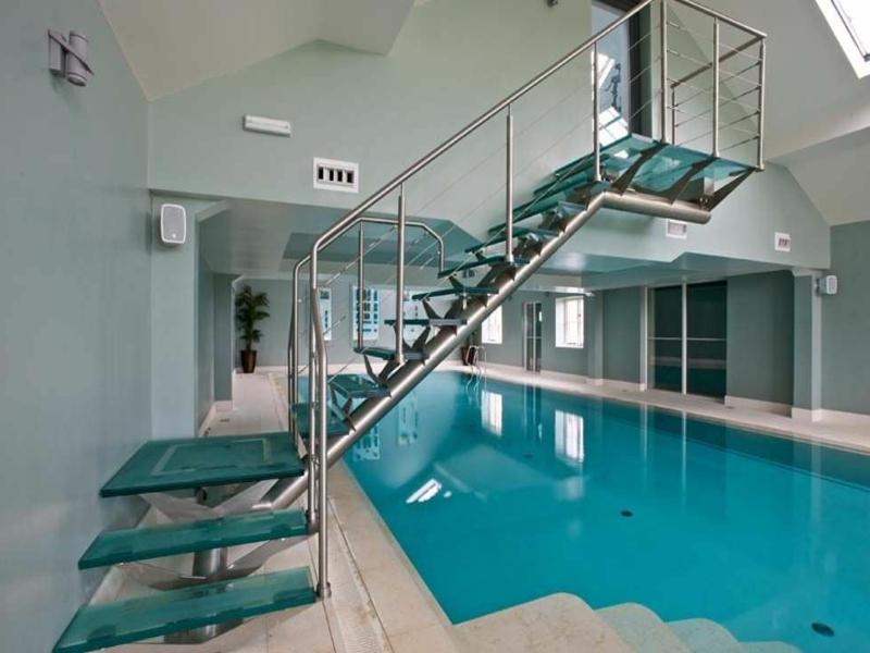 treppen zum schwimmbad