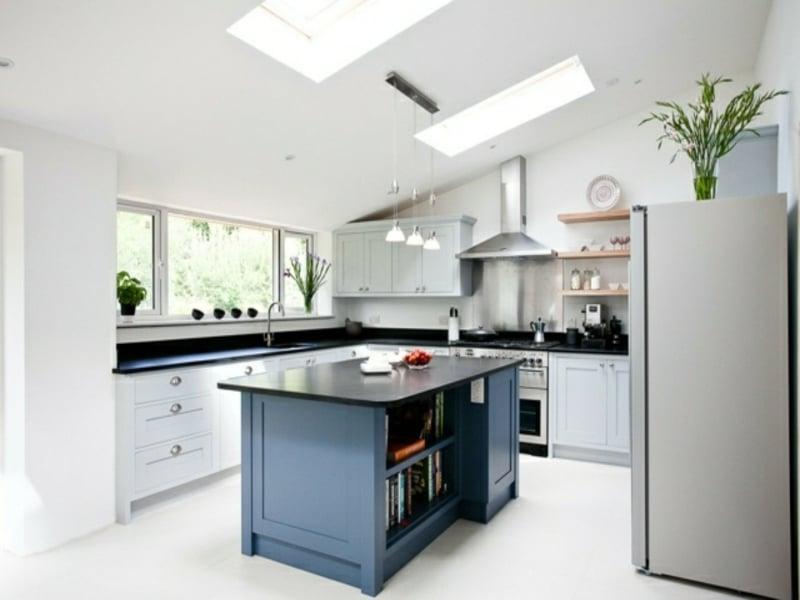 moderne graue kücheninsel inder weißen küche