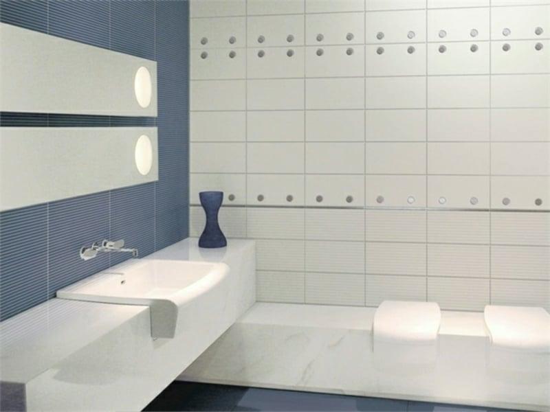 Badezimmer mit hellen Fliesen