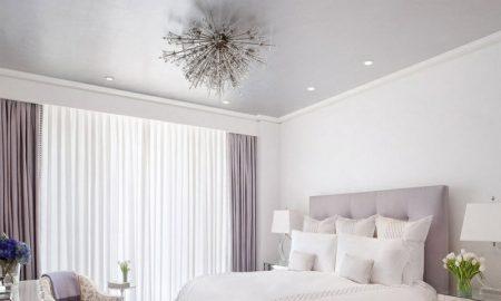 minimalistisches schafzimmer mit lila fenstervorhängen