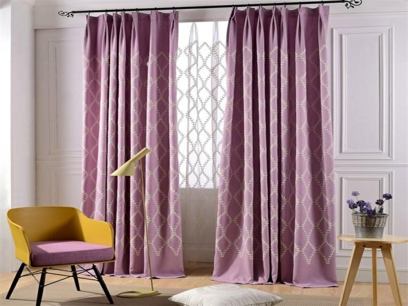 helle lila fenstervorhänge im wohnzimmer