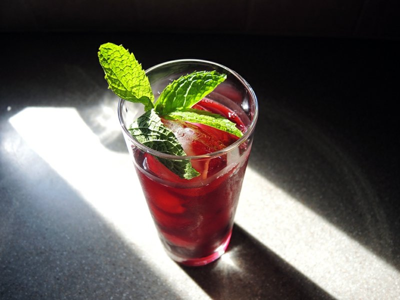 hibiskustee food karkade-hibiscus-iced-tea-garnished-with-mint