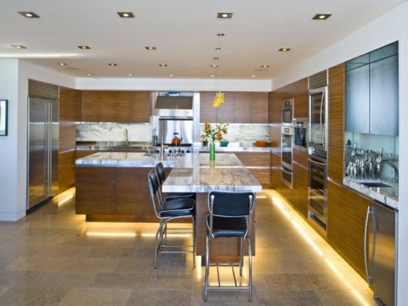 indirekte beleuchtung auf dem boden in der küche