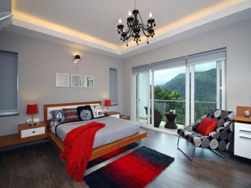 indirekte beleuchtung und rote akzente im schlafzimmer
