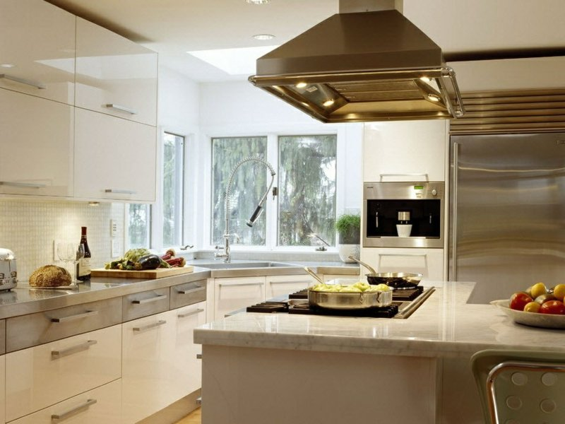 modernes eckfenster und kücheninsel