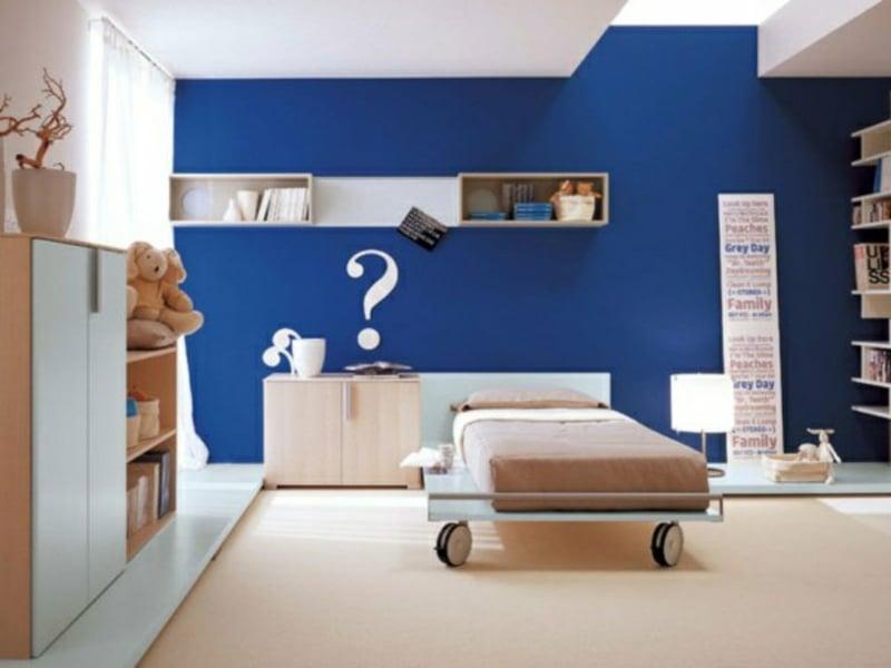 dunkelblaue farbgestaltung im kinderzimmer