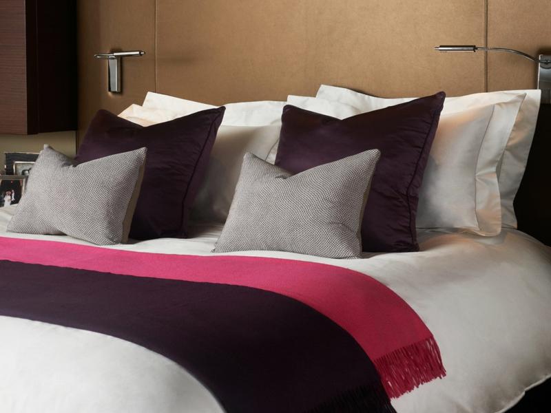 designer lila und rosa akzente auf der luxus bettwäsche