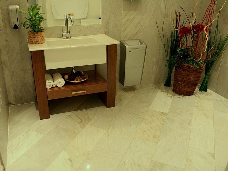 schöner badboden mit marmorfliesen
