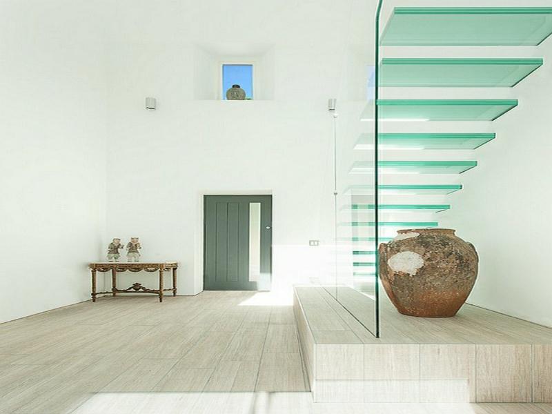 moderne treppen aus glas und minimalistische einrichtung