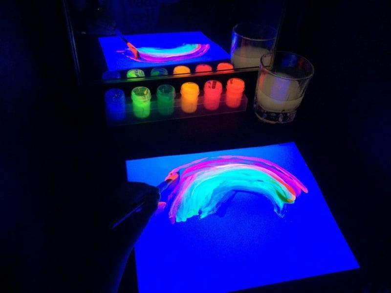 malen mit fluoreszierender Farbe