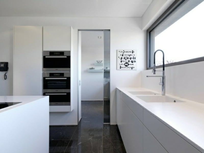 designer weiße kücheninsel und dunkler boden