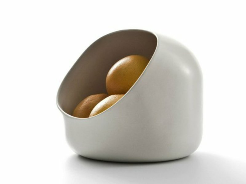 äpfel in obstschale aus keramik für tischdekorationen