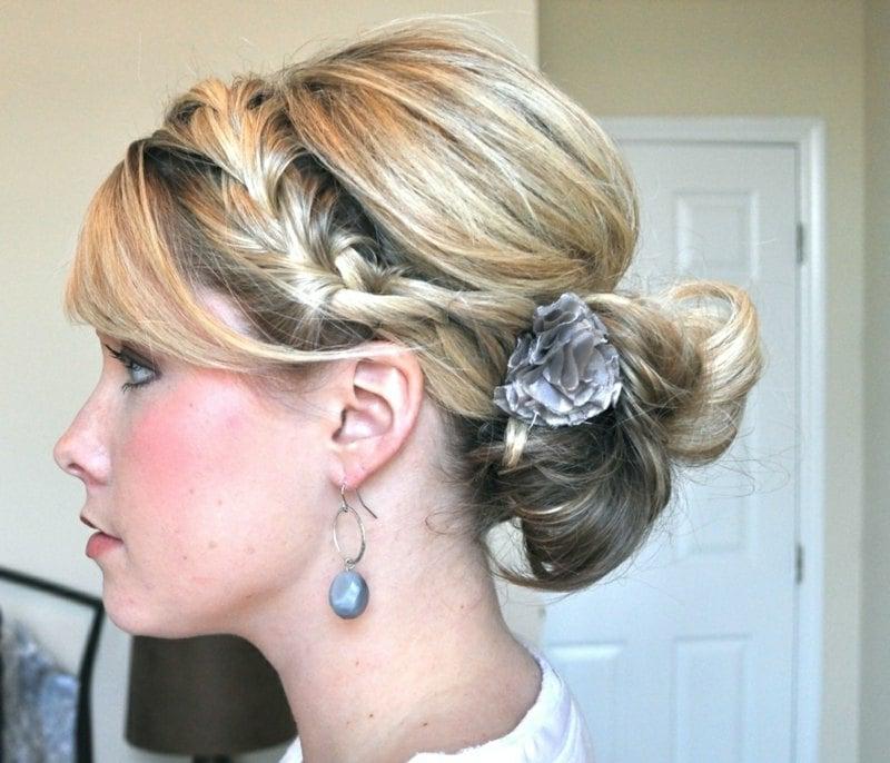 originelle Damenfrisur mit Haarschmuck