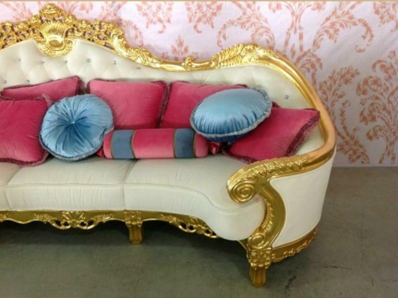 Sofa im Barock Stil mit bunten Kissen