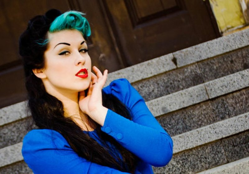 rockabilly-frisuren-I love neon blue!