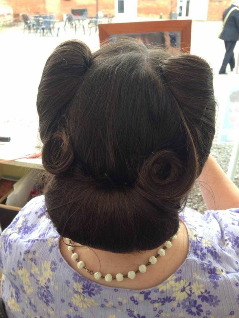 rockabilly-frisuren-These version of victory rolls and bun is amazing