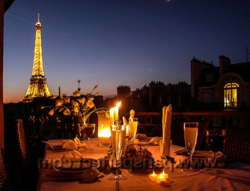 romantische-ideen-Rooftop dinner Dinner-in-Paris-with-Eiffel-view_webwk