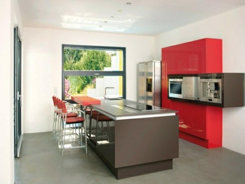 kücheninsel in grau und rote akzente