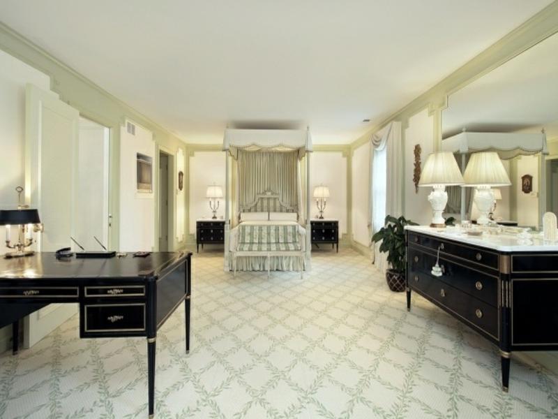 riesiges luxus schlafzimmer mit klassischen möblen
