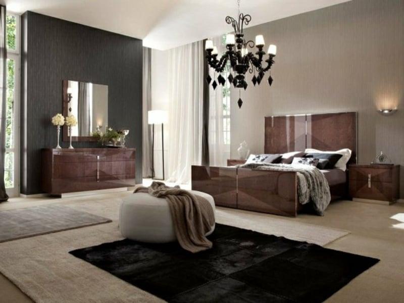 eleganter kronleuchter im schlafzimmer